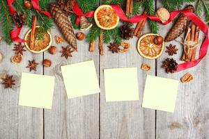 Weihnachtsdekoration mit Tannenbaum, Orangen, Zapfen, Gewürzen