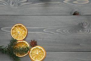 Fichtenzweig mit getrockneten Orangenscheiben und Anis foto