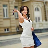 lächelnde Frau einkaufen foto