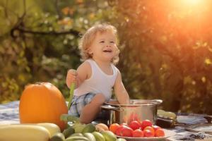 lächelnder Junge beim Picknick
