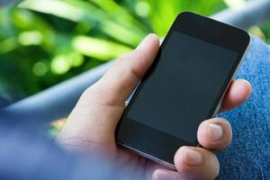 Bild des Mannes, der sein Telefon überprüft foto