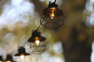 Outdoor-Lichterketten mit warmem Bokeh-Hintergrund foto