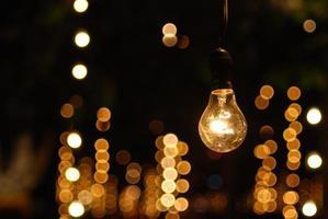 Die eine Glühbirne steht allein foto