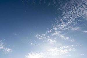 bewölkter blauer Himmel