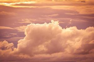 Himmel und weiße Wolke.