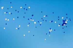 Luftballons am Himmel foto