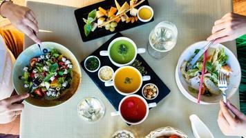 Hühnersalat mit verschiedenen Suppen essen