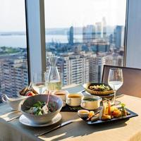 Vorspeisen und Wein auf einem Tisch foto