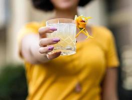 Frau hält einen Cocktail