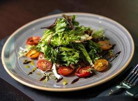 gehackter Salat mit Tomaten