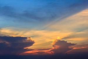 Sonnenaufgang Himmel und dramatische Wolken