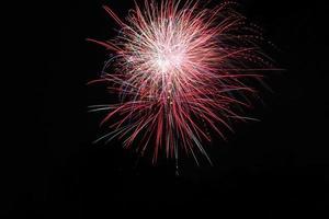 Feuerwerk im schwarzen Nachthimmel foto