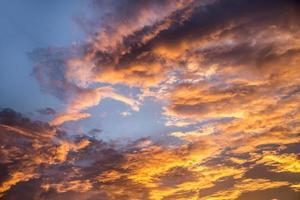 bunter dramatischer Himmel bei Sonnenuntergang