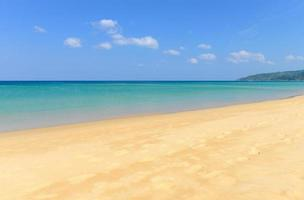 tropischer Strand und blauer Himmel