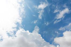 blauer Himmel Hintergrund mit Wolken foto