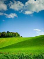 geschwungener Hügel unter blauem Himmel foto
