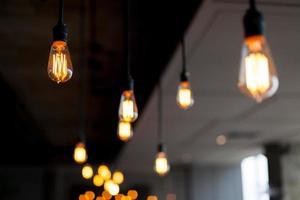 Die hellen Lampen hängen an der Decke foto