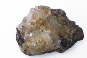 Quarzkristall auf weißem Hintergrund.