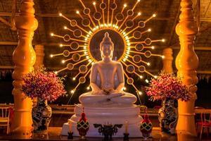 schöner weißer Buddha foto