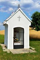 kapelle vor weizenfeld