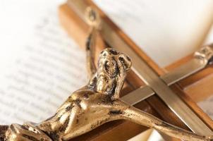 offene Bibel mit Kruzifix foto