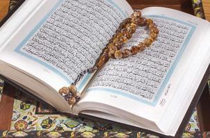 Gebetsperlen auf dem Koran. foto