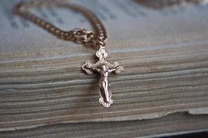 goldenes Kreuz auf dem alten Buch foto