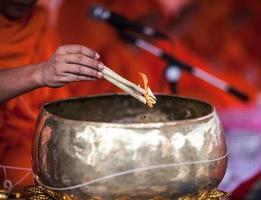 Mönch tun Weihwasser foto