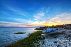 altes verlassenes Boot auf dem Hintergrund schöne Seelandschaft. foto