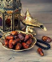 traditionelle arabische Lampe, Laterne, Datteln und Rosenkranz foto