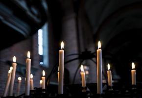 Kerzen in der Kirche foto
