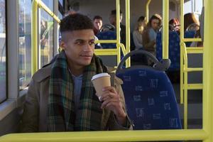 junger Mann im Bus foto