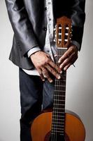 Mann mit einer Gitarre foto