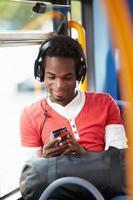 Mann, der Kopfhörer trägt, die Musik auf Busfahrt hören