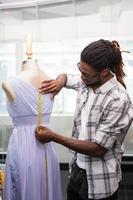 männlicher Modedesigner und Mannequin