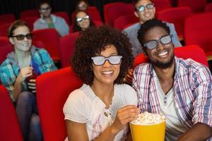 junge Freunde, die einen 3D-Film ansehen
