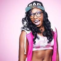 trendiges Mädchen mit Brille und bunten Kleidern foto