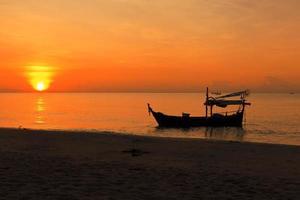 Silhouette des Fischerboots bei Sonnenuntergang