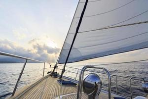 Yacht segelt in Richtung Sonnenuntergang foto