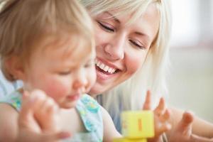 Nahaufnahme einer hellen Mutter, die mit ihrer Tochter spielt