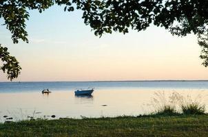 Abend Sommeransicht mit verankertem Boot und Wasserscooter