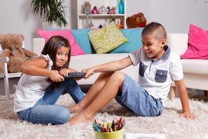 zwei Kinder streiten sich zu Hause