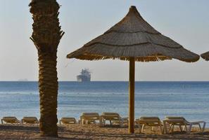 Blick auf das Rote Meer und den goldenen Strand von Eilat foto
