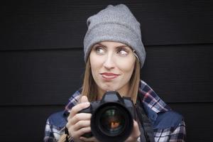 schöner junger Fotograf, der Bilder macht