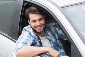 junger Mann fährt und lächelt