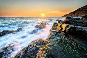 Stein und Himmel am Meer
