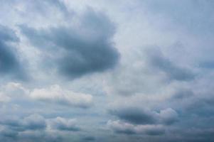 der dramatische Himmel mit Wolken