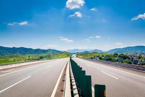 Autobahn, blauer Himmel, sonniges Wetter foto