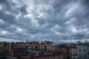 dunkler Himmel über der Stadt foto