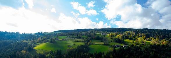 hellgrüne Wiesen und blauer Himmel